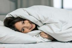 Herrliches Mädchen, das in der warmen Decke einwickelt stockfoto