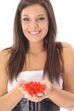 Herrliches Mädchen, das rote Blumen anhält Lizenzfreie Stockfotos