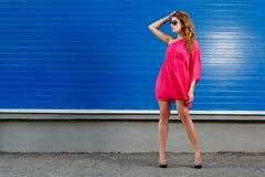Herrliches Mädchen im rosafarbenen Kleid Lizenzfreie Stockfotografie