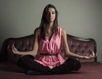 Herrliches Mädchen meditieren Lizenzfreie Stockfotografie