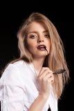 Herrliches modernes blondes Modell mit Hosenträgern und weißem shir Stockfotos