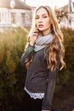 Herrliches modernes junges blondes Mädchenstraßenporträt Stockbilder