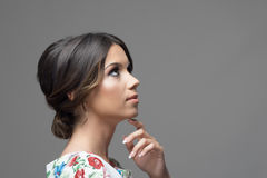 Herrliches Profil der lateinischen hispanischen Schönheitsfrau mit dem Finger unter Kinn oben denkend und schauend Lizenzfreies Stockfoto