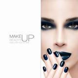 Herrliches Schönheitsmode-modell Nagelkunst und Make-upkonzept Lizenzfreies Stockfoto