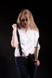 Herrliches sexy blondes Modell mit Hosenträgern und weißem Hemd Lizenzfreies Stockbild