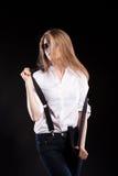 Herrliches sexy blondes Modell mit Hosenträgern und weißem Hemd Stockfotografie