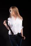 Herrliches sexy blondes Modell mit Hosenträgern und weißem Hemd Stockfoto