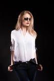 Herrliches sexy blondes Modell mit Hosenträgern und weißem Hemd Lizenzfreies Stockfoto