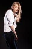 Herrliches sinnliches blondes Modell mit Hosenträgern und weißem Hemd Stockfotos