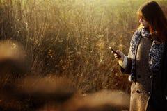 Herrliches stilvolles schönes glückliches Brunettemädchen, welches das te betrachtet Stockfoto
