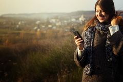 Herrliches stilvolles schönes glückliches Brunettemädchen, welches das te betrachtet Stockbilder