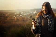 Herrliches stilvolles schönes glückliches Brunettemädchen, welches das te betrachtet Lizenzfreies Stockfoto