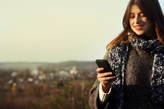 Herrliches stilvolles schönes glückliches Brunettemädchen, welches das te betrachtet Lizenzfreie Stockfotografie