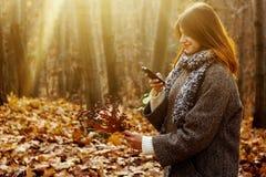 Herrliches stilvolles schönes glückliches Brunettemädchen, welches das te betrachtet Stockfotografie