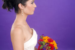 Herrliches weibliches Braut-Profil-Porträt-Blumenstrauß-Purpur Stockbilder
