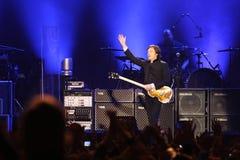 Herrnen Paul McCartney utför onstage på Olimpiyskiy Arkivfoton
