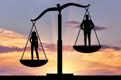 Herrschaft von Frauen gegen Männer, auf den Skalen von Gerechtigkeit lizenzfreie stockbilder