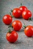 Сherry tomater i vattendroppar Fotografering för Bildbyråer