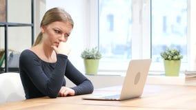 Hersenen stormen, Peinzend Meisje die aan Laptop werken stock videobeelden