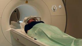 Hersenentomografie voor een vrouw op MRI-aftasten stock footage