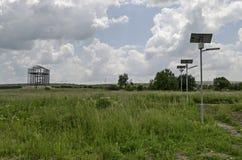 Herstel oude toren in Archeologische complexe Abritus en tref voor toeristen voorbereidingen, installeer van zonne LEIDENE verlic royalty-vrije stock fotografie
