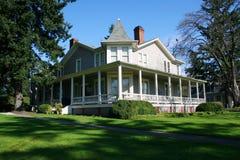 Hersteld oud huis. stock fotografie