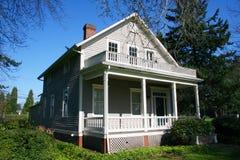 Hersteld oud huis. stock foto