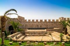Herstelde binnenplaats van het middeleeuwse kasteel in Marmaris stock foto