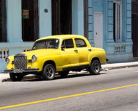 Herstelde Gele Mercedes Benz In Havana Cuba Royalty-vrije Stock Fotografie
