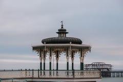 Herstelde Victoriaanse muziektent op Koningenpromenade, Brighton, East Sussex, het UK Gefotografeerd bij schemer stock afbeelding