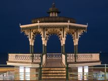 Herstelde Victoriaanse muziektent op Koningenpromenade, Brighton, East Sussex, het UK Gefotografeerd bij schemer stock foto's