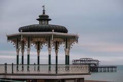 Herstelde Victoriaanse muziektent op Koningenpromenade, Brighton, East Sussex, het UK Gefotografeerde schemer stock foto's