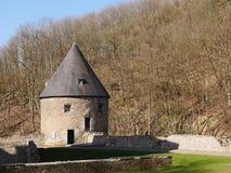 Herstelde waterkeringstoren van een middeleeuws valleikasteel, goed Gebouwd van steengroevesteen, het dak dat met leitegels wordt royalty-vrije stock fotografie