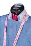 Herstellen der Mannseidenjacke auf der Attrappe lokalisiert Stockfoto