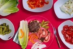 Herstellen des perfekten gesunden Hamburgers lizenzfreies stockfoto