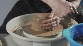 Herstellen des Vase Lehms Bildhauer in der Werkstatt stellt Krug aus Lehmnahaufnahme heraus her stock footage