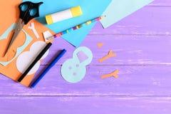 Herstellen einer Kinderwinterpapierkarte referenten Die Schneemannteile schnitten vom Papier, Scheren, Markierungen, Bleistift, K Lizenzfreie Stockfotografie