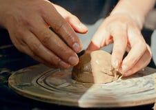 Herstellen eines Lehmglases Stockfoto