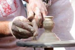 Herstellen eines Lehmglases Stockfotos