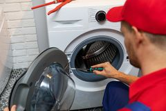 Hersteller die wasmachinedeur herstellen royalty-vrije stock foto