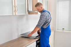 Hersteller Installing Induction Cooker royalty-vrije stock fotografie