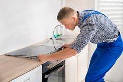 Hersteller Installing Induction Cooker stock afbeeldingen