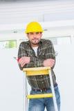 Hersteller met buigtang op ladder royalty-vrije stock foto