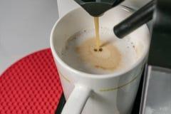 Herstellung Cappuccino - Abschluss herauf die Ansicht des Espressos gie?end aus Kaffeemaschine Cuppuccino hat die Hauptbestandtei stockfotos