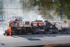 Herstellung der Asphaltpflasterung auf Stadtstraßen Lizenzfreies Stockfoto