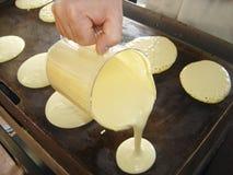 Herstellung der Bratpfanne-Kuchen Stockfotografie