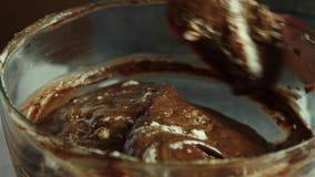 Herstellung der Creme f?r Schokoladencreme mit orange Gelee stock footage