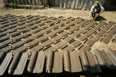 Herstellung der Dachplatte Stockbilder