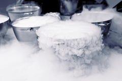 Herstellung der Eiscreme mit flüssigem Stickstoff Lizenzfreie Stockfotografie