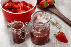 Herstellung der Erdbeere-Marmelade Lizenzfreies Stockfoto